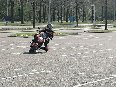 Kneedown training linksom bij Moto Maestro Motortrainingen KTM superduke 2