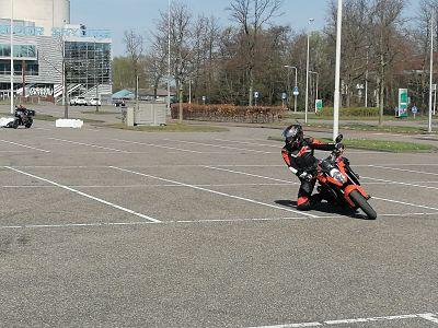 Kneedown training rechtsom bij Moto Maestro Motortrainingen KTM superduke 1