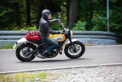 Ontspannen zithouding op de motor - Moto Maestro Motortrainingen