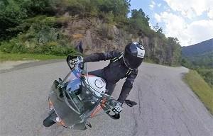 La moto est stable en courbes rapides