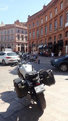 Essai ténéré une photo de la Yamaha Super Ténéré dans la ville de Toulouse