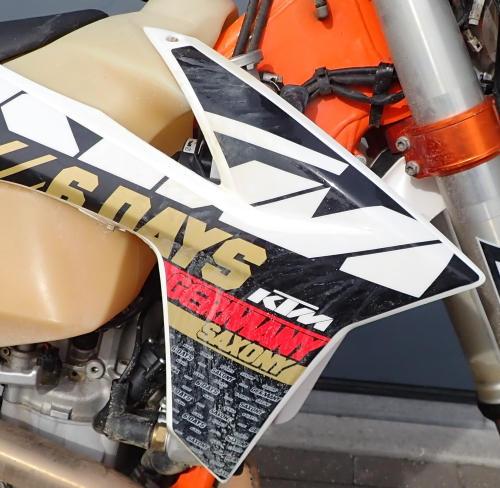 La moto est très sale avant le nettoyage avec nettoyant drywash