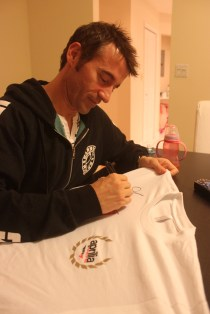 Max signs the T-Shirt