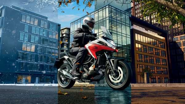 Honda NC750X, vista anteriore di tre quarti destra, con guidatore, strada cittadina, tutte le stagioni