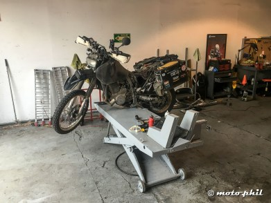moto.phil's DR650SE on a lifting platform used as a center stand