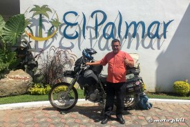 Gardener of El Palmar Restaurante in front of moto.phil's DR650