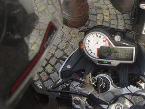 Motorradtacho mit Kilometer-Anzeige.