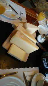 Käse auf dem Frühstück Tisch