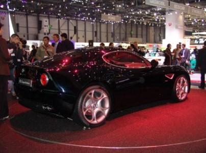 Alfa Romeo 8C negro, desde Ginebra