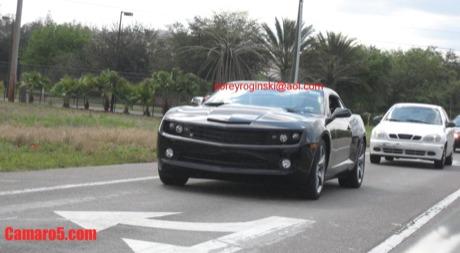 El Chevrolet Camaro de producción, en negro y sin camuflaje