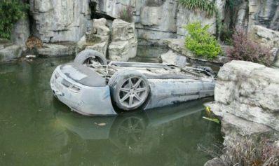 Mercedes SLS AMG, boca abajo en un estanque chino
