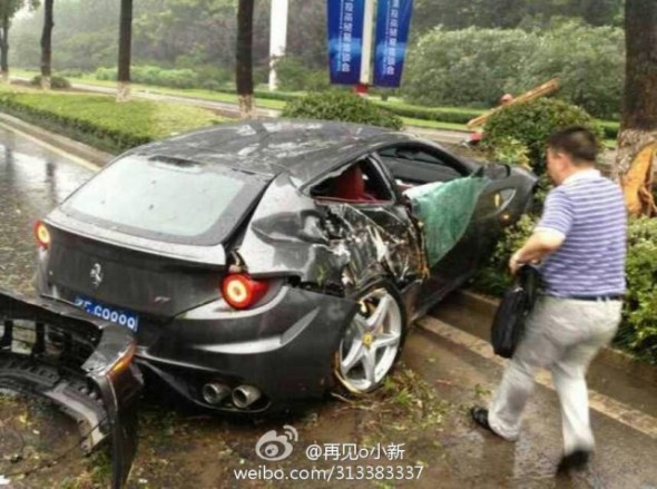 Destrozan un Ferrari FF en China