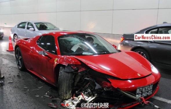Destrozan un Ferrari 458 Spider chino dentro de un túnel 1