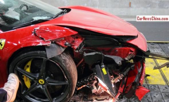 Destrozan un Ferrari 458 Spider chino dentro de un túnel 2