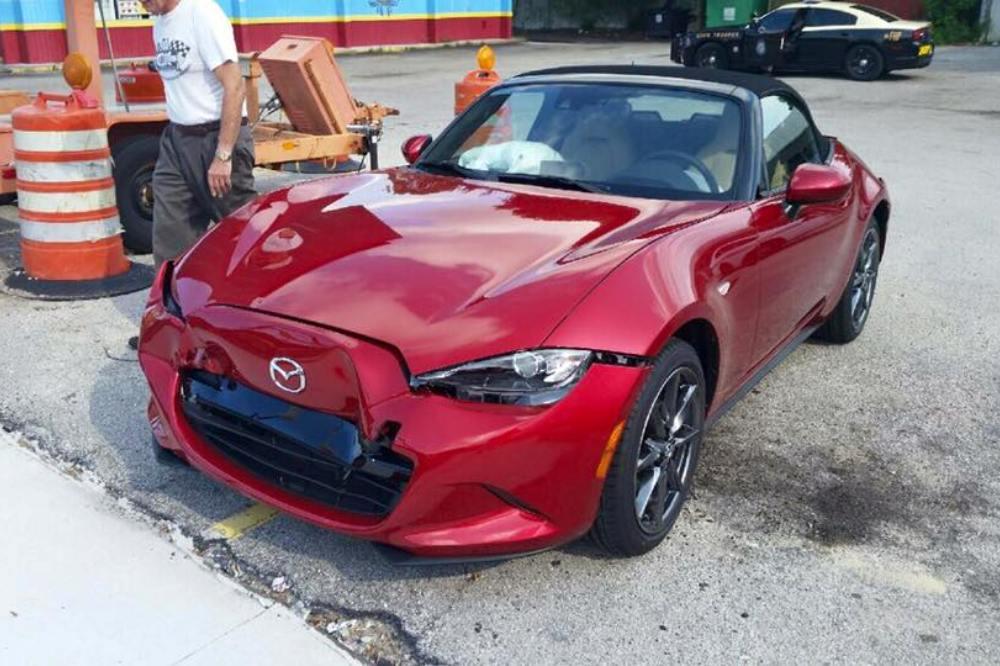 Imagínate que sacas tu Mazda MX-5 nuevo del concesionario y tienes un accidente pocos minutos después 2