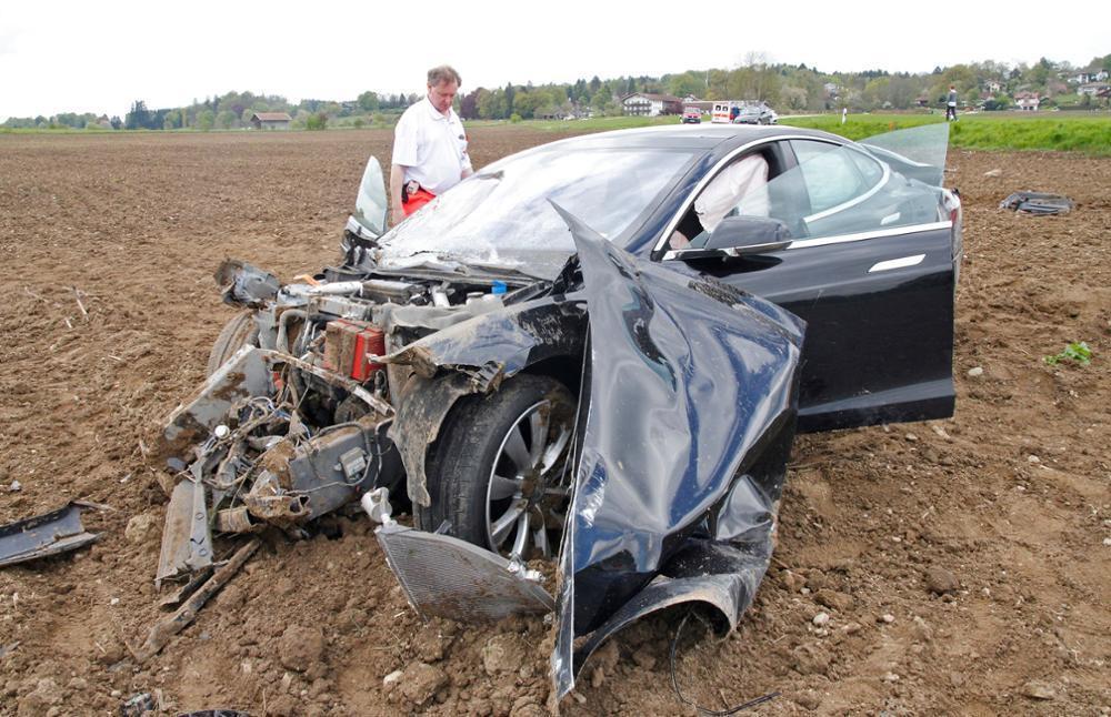 Increíble accidente de un Tesla Model S en Alemania: Voló 25 metros antes de estrellarse 1