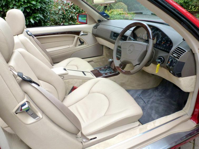 Este Mercedes SL 500 con 20 años y sólo 128 kilómetros puede ser tuyo en una subasta