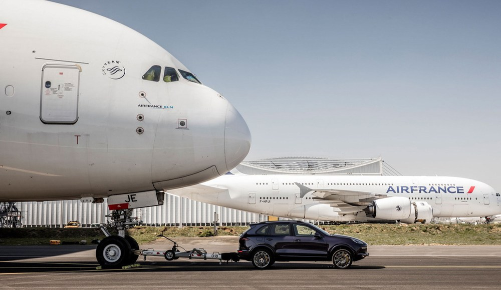 increible-este-porsche-cayenne-logra-un-record-guiness-mundial-al-remolcar-un-airbus-a380-de-285-toneladas-02