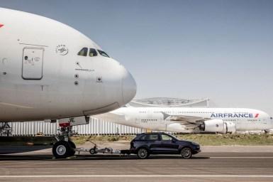 ¡Increíble! Este Porsche Cayenne logra un Récord Guiness Mundial al remolcar un Airbus A380 de 285 toneladas