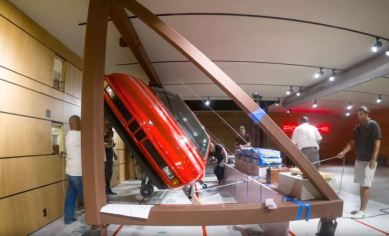 Este BMW M1 está colgado en la pared de un garaje como decoración: ¡Esto es arte!