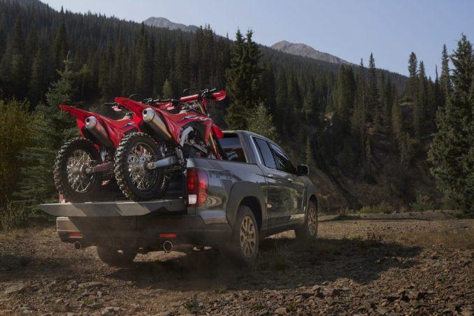 2021 Honda Ridgeline HPD تسحب دراجتين ترابيتين عبر الغابة