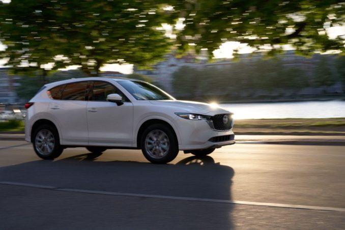 سيارة مازدا CX-5 موديل 2022 بيضاء يقودها نهر