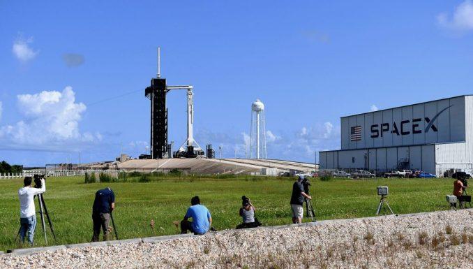 قام المصورون الإعلاميون بإعداد الكاميرات لالتقاط إطلاق صاروخ Falcon 9 وكبسولة Crew Dragon