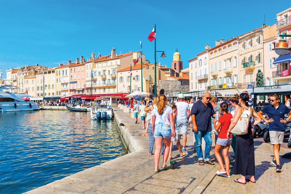 St. Tropez sahili tipik bir Akdeniz kasabası havasında