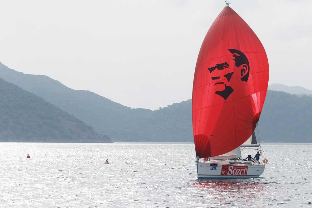 Atatürk Kupası Yelken Yarışları'na 14 ülkeden 450'ye yakın yelkenci katıldı.