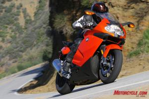 The K1300S has outstanding stability in high-speed turns.