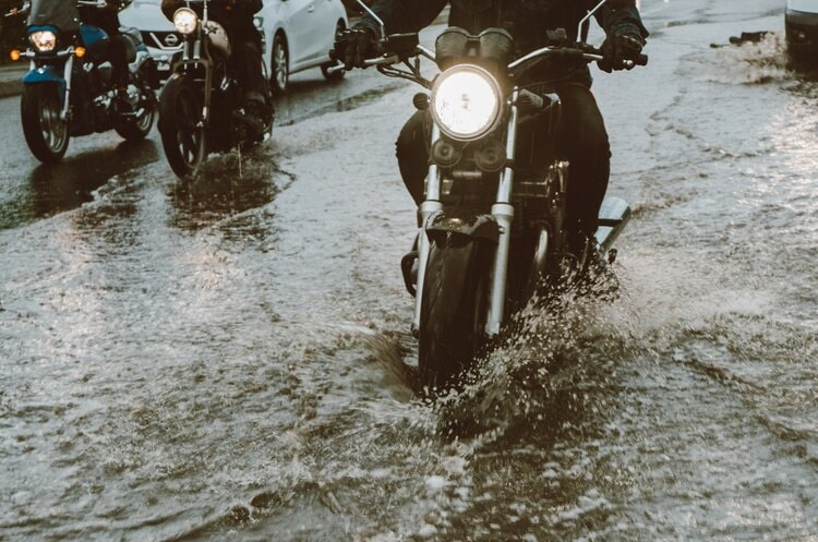 staying relaxed when riding in the rain