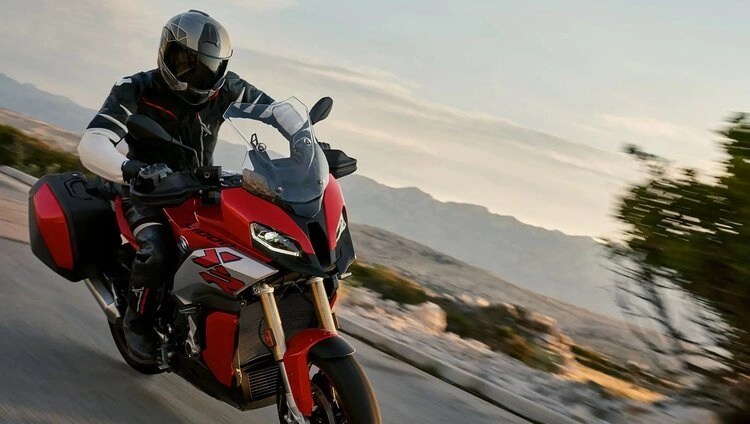 bmw s1000xr - cornering a motorcycle