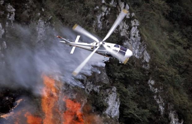 Un AW119 in azione antincendio (