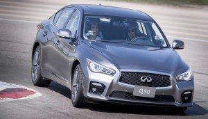 24490_Vettel_drives_Infiniti_Q50_in_Abu_Dhabi
