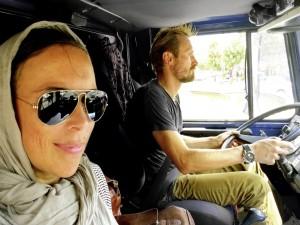 Im April 2013 begannen Jennifer und Peter Glas ihre Weltreise mit einem hochgeländegängigen Unimog 1300 L der Baureihe 435, die sie auch nach Tabriz im Iran, wo diese Aufnahme entstand, führte.