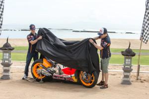 repsol-honda-team-motogp-svelata-nuova-livrea-per-la-stagione-2015-bali_hrc-18