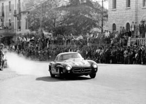 Caption orig.: Mille Miglia (Brescia/Italien), 1. Mai 1955. Sieger in der Serien-Sportwagenklasse. John Cooper Fitch und Kurt Gesell (Startnummer 417) mit einem Mercedes-Benz Tourensportwagen Typ 300 SL.