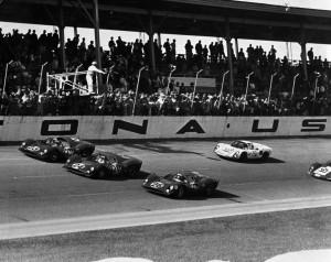 Arrivo trionfale delle Ferrari con la conquista dei primi tre posti nella 24 Ore di Daytona 1967. L'auto n. 26 era stata iscritta dalla Nart.