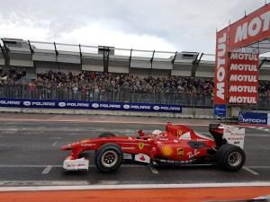 Antonio Giovinazzi al Motor Show su Ferrari