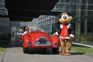 Museo Nicolis, Silvia Nicolis con la mascotte Freccia su Lancia Astura