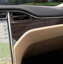 © Tesla / Das Tesla Model S / Beiges Interieur mit Dekorteilen in Matt-Abachi