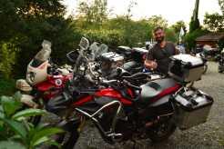 Adrian alaturi de motocicleta