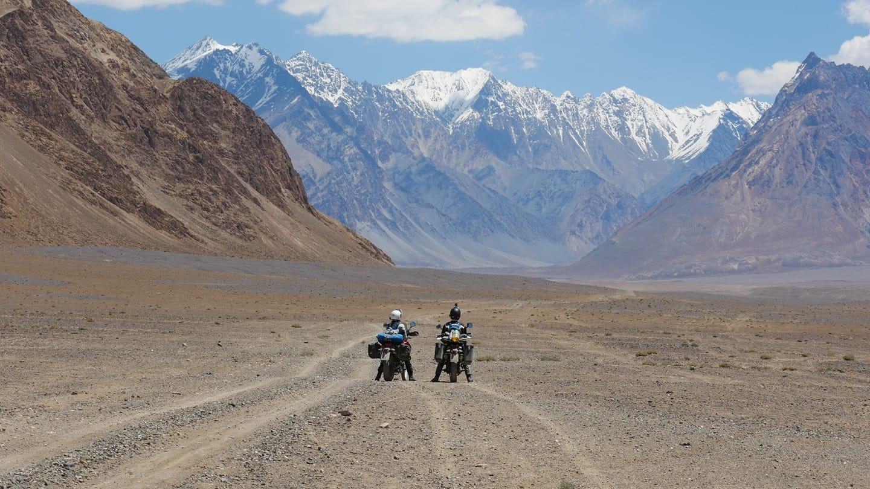 [Jurnal de călătorie] Samuel & Suzi – despre plăcerea de a călători  cu motocicleta: Alpi, Nordkapp, Sicilia, Sardinia, România și Mongolia
