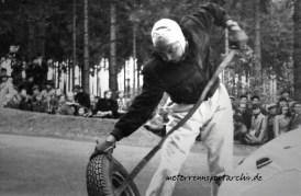 Mit viel Kraft und einer Eisenstange hebt Theo Helfrich den Reifen von der Felge.