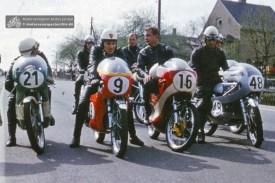Beim Bergrennen 1973 am Sachsenring warten die Schmöllner Sportfreunde Johannes Richter, Heinz Janusch und Alfred Herbst zusammen mit dem Zwickauer Hans-Jürgen Geier auf ihren Start (von links) (SAR1973-S-BR-16)