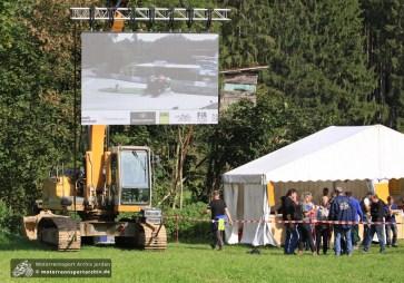 Drei Videowände sind an den wichtigsten Zuschauerpunkten aufgebaut worden.