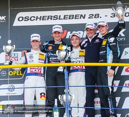 Teamchef Franz Engstler (2.v.r.) stand zusammen mit Sohn Luca (l.), Sieger Florian Thoma (Mitte), Tim Zimmermann (2.v.l.) und Josh Files (r.) auf dem Podest.