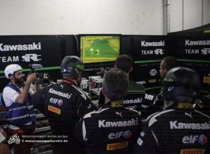 Das Team SRC Kawasaki erlebt den Angriff auf das zweitplatzierte Team GMT94 sieben Minuten vor Ende des Rennens live in der Box