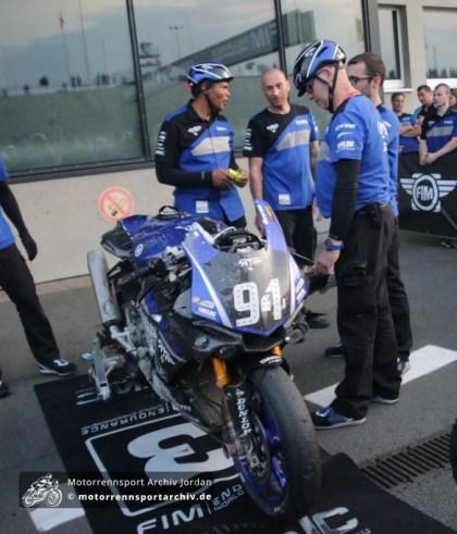 Die Teammitglieder von GMT94 betrachten die Reste der Maschine mit der sie trotz Sturzes in der letzten Runde noch Dritter blieben