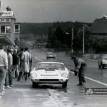 Schleiz 1971: Karl-Heinz Schulze aus Berlin mit dem Melkus RS 1000 an der Box, während Klaus Reichelt, Dresden, vorbeizieht.